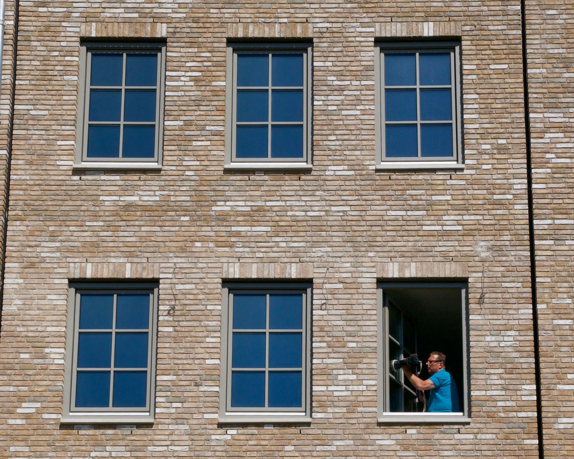 Glaspoetser aan het glas polijsten op raam